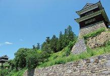 千曲川の分流である尼ヶ淵(あまがふち)から見た上田城の石垣と東櫓(右)・西櫓(左奥)