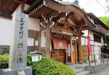 別所温泉。信州最古の温泉で、美人の湯として、また真田幸村の隠し湯として知られる。周囲には歴史ある神社・仏閣も点在