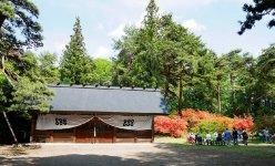 真田氏館跡。真田氏が上田城を築城する以前の居館跡で、地元では「お屋敷」と呼ばれ親しまれている。現在は「御屋敷公園」として整備され、ツツジの名所としても知られる