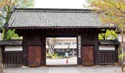 上田高校正門。藩主屋敷門をそのまま正門として利用。現在の門は1790年に再建されたもので、屋根瓦には1706年から160年間藩主をつとめた松平氏の家紋「五三桐」が刻字されている
