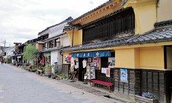 北国街道・柳町。江戸時代に宿場町として栄えた旧北国街道沿いの古い家並みが残る通り。映画のロケ地としても有名
