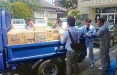 大津町に支援物資を運ぶYEGおよび商工会青年部のメン バーたち