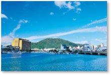 徳島は、大小138もの川が流れる「水の都」。さだまさしの小説のタイトルともなった、街のシンボル「眉山」を望む