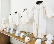 「奈良さくらコットン」のベビー用品。化学処理をしない手摘みの綿を使用しているため、保温力・吸湿力・肌ざわりに優れる