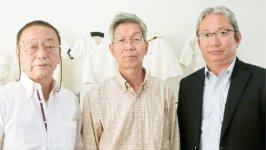 「奈良さくらコットン」製品には長く培われた大和高田のニットの技術が生きる。右からハヤシ・ニットの林輝一社長、髙井ニットの髙井準雄社長、パドックの福田保夫社長