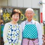 「零細企業は、大企業が宣伝して広く消費者に啓発してくれた恩恵を、上手に利用するのが賢いやり方」と語る山本正廣社長(右)と妻の美枝子さん