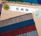 結城紬は紡ぐ段階で糸の太さを通常の3倍にして強度を出し、財布としての使用に耐えられるようにしている