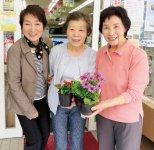 花の苗を手渡す伊藤より子会長(左)ら