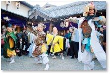 八日戎:蛭子神社「えべっさん」は、当社創業の地にあり、商売繁盛の神として、七福神の舞を奉納しています(2月7・8日)