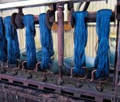 糸を天然藍の入った釜に漬け込んでから絞る。この工程を何度か繰り返して染めあげていく