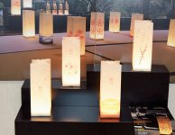 YUKIANDONは有機ELパネルと400年の歴史を持つ白鷹町深山和紙を使用したやさしい灯りを放つ照明だ
