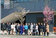 八重ザクラが咲く4月に行われた植樹式には、多くのメンバーが参加した