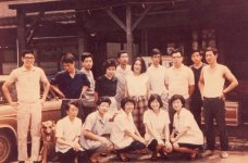 昭和30年代終わりころ、木造の店舗前で。右から3人目・黒縁メガネの男性が4代目。左端が末っ子の弟
