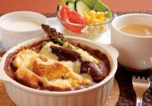 24年から提供が始まったグラタン風の「焼き麺」。ヒロ中田さんの最初の新・ご当地グルメとなった北海道美瑛町のつけ麺「美瑛カレーうどん」の第2弾である