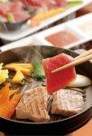 大ヒットが続いている青森県深浦町の「深浦マグロステーキ丼」では新しいマグロの食べ方を提案。略称を「マグステ丼」と決め、価格も1350円(税込)で統一