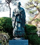 榎津久米之介の像:天文5(1536)年、家臣の生活のために指物を作らせたことが、大川家具の起こり。木工の祖と呼ばれる
