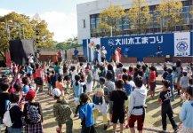 大川木工まつり:昭和24年から毎年開催している大川最大の木工イベント。国内外からの多数の来場者でにぎわう