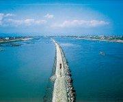 若津港導流堤:筑後川河口では土砂の堆積が著しく、船舶の航行を妨げるため明治23年にオランダ人技師によって築かれた。現在も役割を果たしており、「選奨土木遺産」にも認定