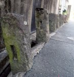 藩境石:大川市の榎津と小保は、江戸時代、久留米藩と柳河藩にそれぞれ属していたことから、その藩境に建てられた石柱。一つの市が2つの藩に属していたことは非常に珍しい