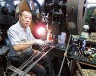 工場長の池内一郎さんは金型一筋に40年以上。忙しいときにはプレス加工も手伝っている