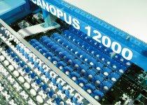 自動鶏卵選別包装装置「CANOPUS」シリーズは、毎時24万卵と最大処理速度だが、従来機より25%減速した卵には優しい仕様。矛盾を可能にした驚異の特許技術といえる