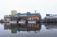 釧路市のウォーターフロント、幣舞橋のたもとに建つ複合商業・観光施設「釧路フィッシャーマンズワーフMOO」。