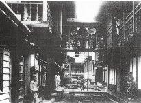 戦前の湯治場の様子。長期滞在のため、湯治客は自分たちでご飯をつくっていた