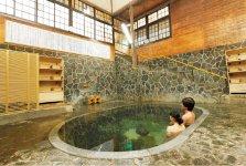 藤三旅館自慢の「白猿の湯」。天然の岩をくりぬいて作ったお風呂は深さが約1.25mあり、立ったまま入る