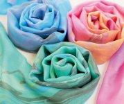 """自社ストールブランド「絽紗 ROSHA」。ストール向けの絽と紗を開発し、""""素材で一流×染めで一流""""のコラボレーションで高品質を実現している"""