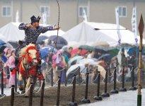 同所も携わるさの秀郷まつりで披露される「秀郷流鏑馬」。市内中心部で盛大に開催。夏を飾る最大のイベントで、みこし・おはやし巡行、市民総おどり、さの秀郷太鼓など多彩な催しが行われる