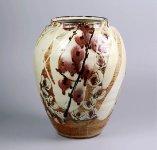 田村耕一氏の「銅彩椿文大壺」。同市出身の陶芸家で、人間国宝として認定を受けた同氏の作品を展示した「人間国宝田村耕一陶芸館」が市内にある