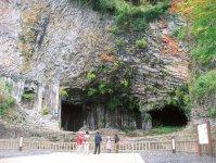 玄武洞:国の天然記念物。世界で最初に第四紀の地磁気逆転が発見された学術的に非常に貴重な地質で、山陰海岸一体がジオパークに認定された要因の一つ。約160万年前の噴火で流れ出た溶岩が冷えるときにできる割れ目模様「柱状節理」が美しく、古くから観光地として人々の目を楽しませてきた。「日本の地質百選」に選定されている