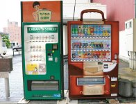 鞄の自動販売機:カバンストリートに設置。飲料用自販機も鞄の形をしている