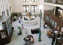 豊岡1925:国の登録有形文化財・旧兵庫県農工銀行豊岡支店を改修。主に菓子がテーマの商業施設