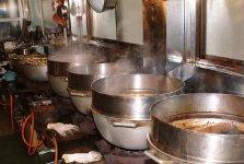 作業場には大きな鍋がいくつも並ぶ。年末はフルに稼働しても間に合わないほど忙しい