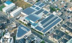 工場の屋根に設置された太陽光発電設備。晴天時には、発電した電力で25000枚のタオルが生産できる