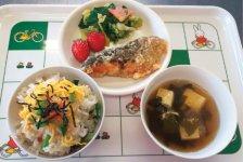 メニューは和食を基本に、伝統食や行事食も大切にしており、季節に合った食事を提供している