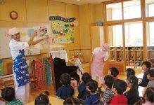 考食師たちが幼稚園に出向き、園児にも分かりやすい食育を行っている