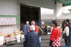 毎月最終日曜日に開かれる「玄米蔵出し市」には、多くの地元客が車に乗って買い物に来る