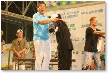 茨木フェスティバル表彰式:ダンスコンテストの表彰を行う合田会頭。本イベントの主催者代表でもある