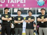 「フード台北」に出展した「チーム漁火」の4人。左から佐々木博基さん、鈴木良太さん、佐々木大介さん、小堀内将文さん