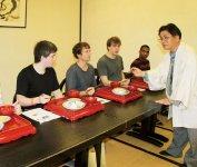 外国人モニターによるもちの試食会。あんこ味は不評で、納豆味が人気という意外な結果に