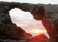 城ヶ島内にある海食洞穴「馬の背洞門」から見る日の出。洞穴の大きさは、高さ6m、横8mに及ぶ