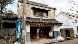 三崎昭和館。蔵作りの商家をそのまま利用して昔懐かしい昭和の本・玩具などが展示されている