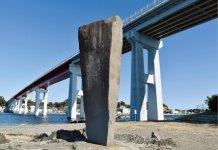 白秋碑と城ヶ島大橋。童謡・唱歌の「城ヶ島の雨」を作詞した北原白秋は、大正2年に9カ月間三崎で過ごした