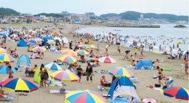 三浦海岸海水浴場。弓なりの砂浜が約1㎞続く。京急三浦海岸駅から徒歩4〜5分とアクセスもよく、シーズンになると若者や家族連れなど約50万人の海水浴客でにぎわう
