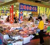 うらりマルシェ(1階)のさかな館には、マグロのほか地魚、水産加工品などが並ぶ