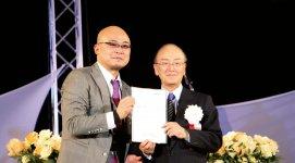 三村会頭に政策提言書を手交する岡村会長