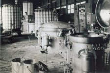 昭和38年、埼玉県川越市の染色工場。釜をつかって糸染めを行っていた