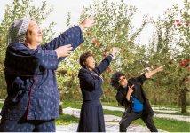 秋田弁のラジオ体操や、秋田弁で演じる「大館市まるごと劇団」を旗揚げするなど、ユーモアあふれる活動も多く、話題に事欠かない
